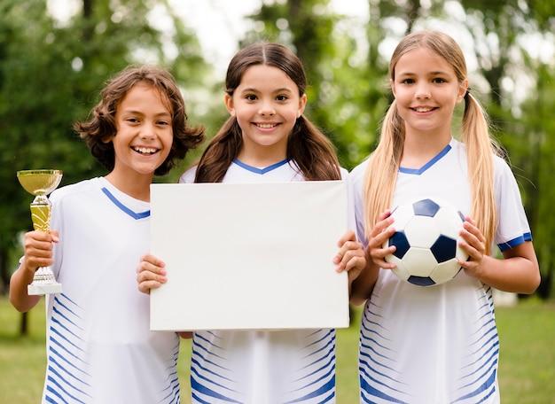 Winnend voetbalteam met een lege kaart Gratis Foto