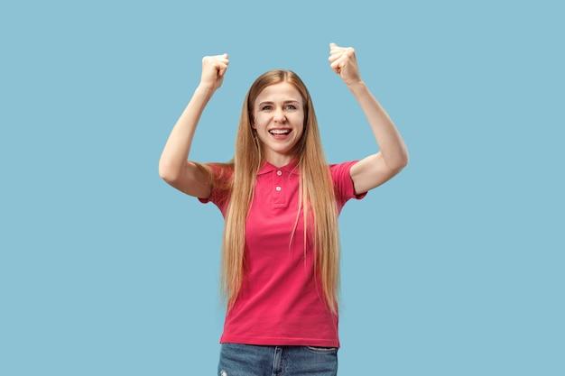 Winnende succesvrouw gelukkig extatisch vieren dat het een winnaar is Gratis Foto