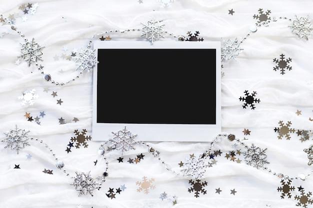 Winter achtergrond met decoratieve fonkelende sneeuwvlokken. leeg fotolijstje Premium Foto
