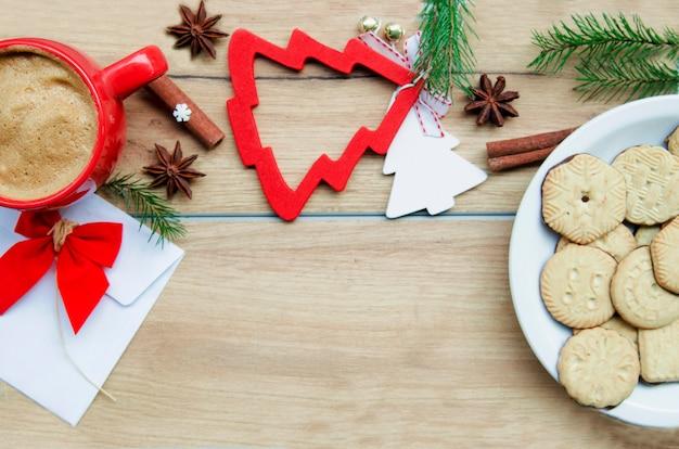 Winter achtergrond met koekjes en koffie. kopie ruimte voor tekst Premium Foto