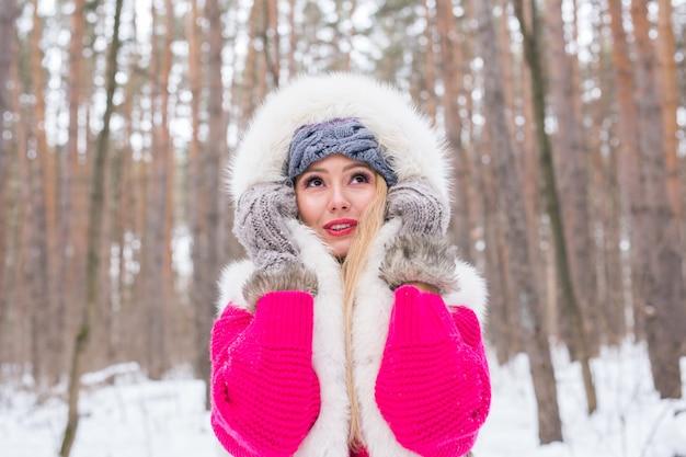 Winter, beauty en fashion concept - portret van blonde jonge vrouw in bontjas op besneeuwde natuur Premium Foto