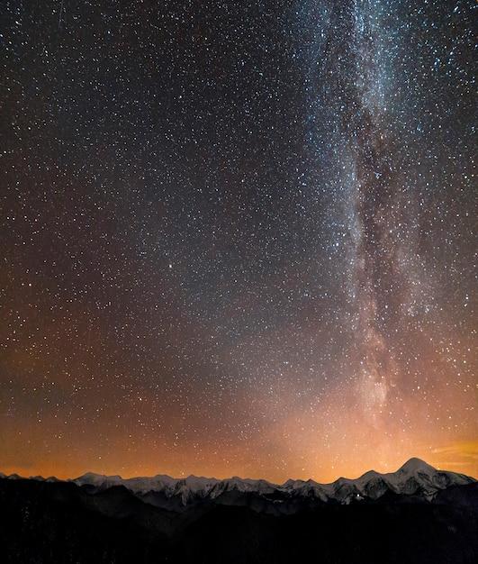 Winter bergen nacht landschap panorama. melkweg lichte nadelen Premium Foto