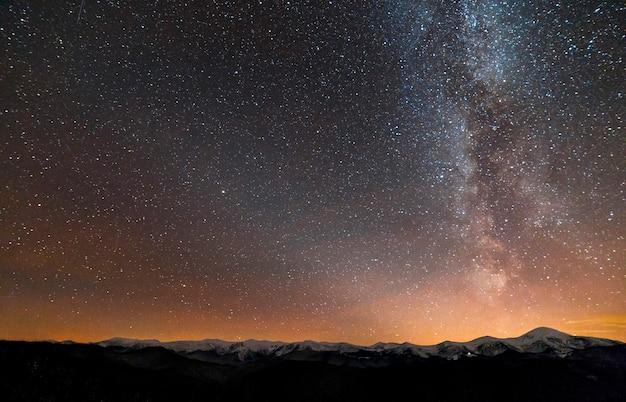 Winter bergen nacht landschap panorama. Premium Foto