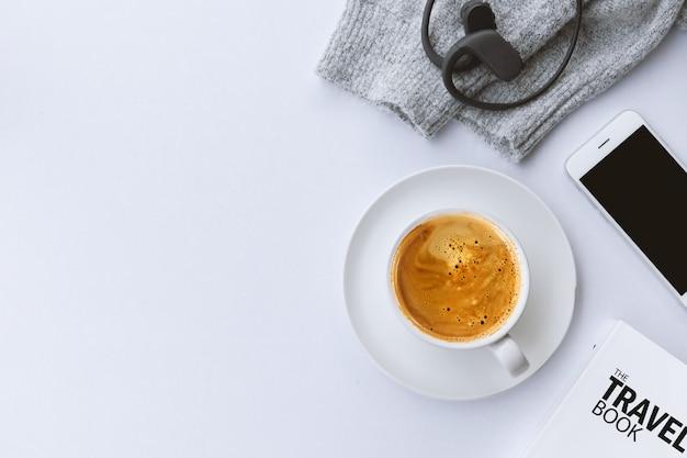 Winter concept. kopje koffie met trui op witte tafel achtergrond. bovenaanzicht Premium Foto