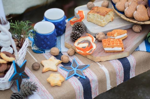 Winter decor zoete tafel. mokken met cacao. snoepjes en noten Premium Foto