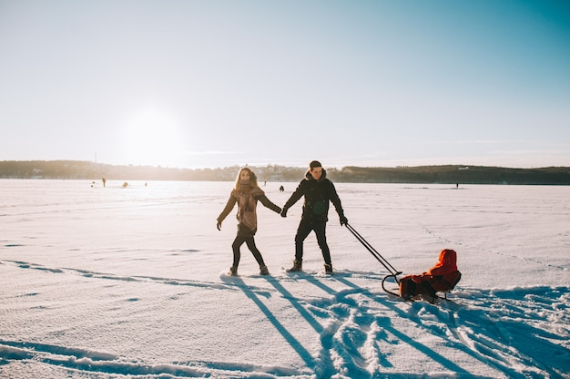 Winter familie slee baby Premium Foto