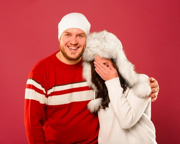 Winter fashion modellen knuffelen Gratis Foto