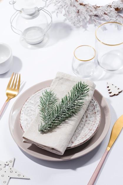 Winter feestelijke tabel met bestek op tafel. kerst serviesgoed. Premium Foto