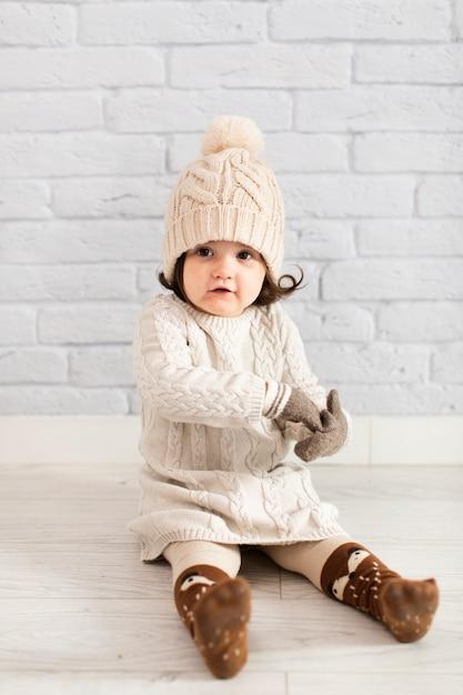 Winter gekleed schattig klein meisje Gratis Foto