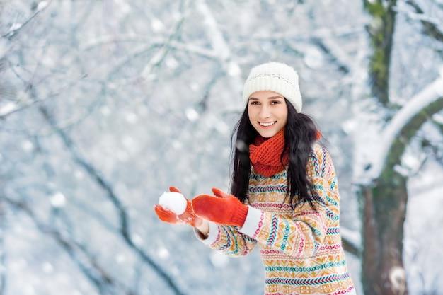 Winter jonge vrouw portret. schoonheid blij modelmeisje die en pret in de winterpark lachen hebben Premium Foto