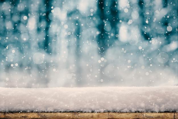 Winter kerst achtergrond met sneeuw op de boom Premium Foto