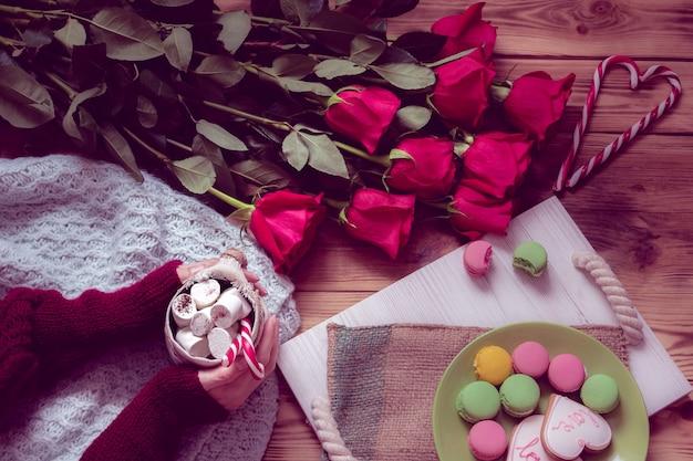 Winter ontbijt met rode roos en hart van gestreepte lolly Premium Foto