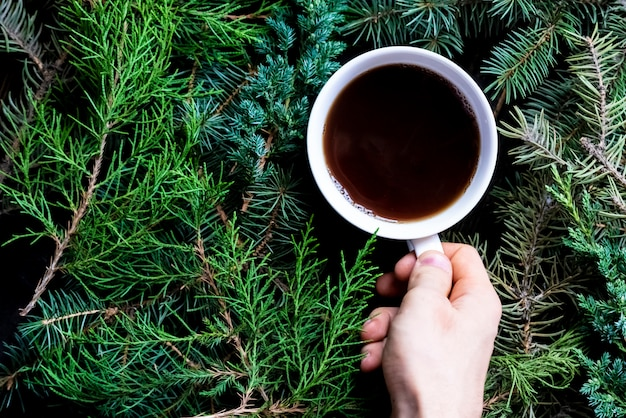 Winter plat lag met een kopje thee op kerstmis en nieuwjaar vakantie. Premium Foto