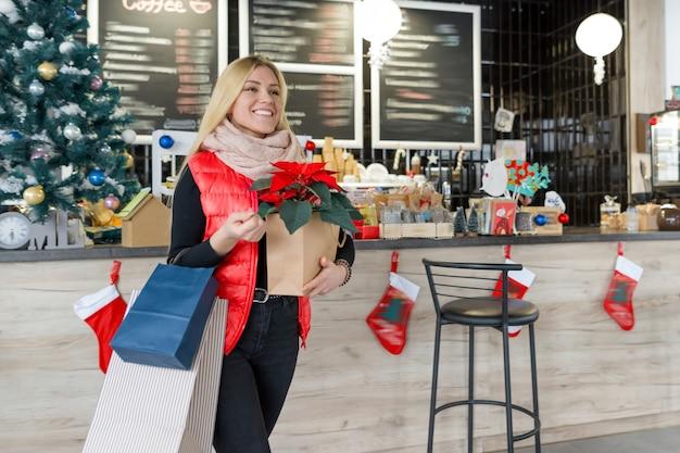 Winter portret blond meisje met kerstinkopen Premium Foto