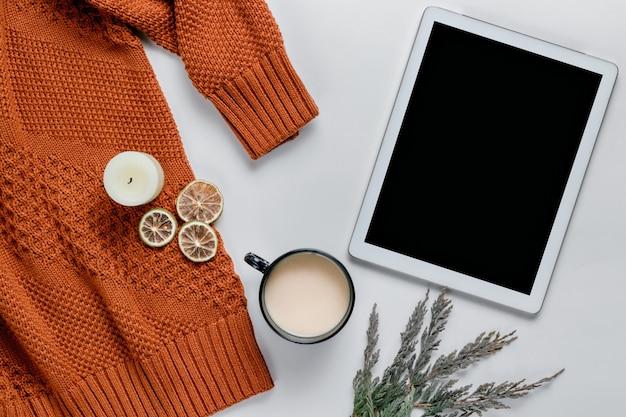 Winter samenstelling. kaarsen, trui, sinaasappels. stilleven levensstijl. herfst concept. plat lag, bovenaanzicht, kopie ruimte. Premium Foto