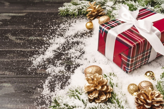 Winter vakantie achtergrond met verpakte geschenk en kopie ruimte Premium Foto