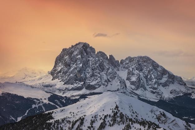 Winter zonsondergang in de bergen Gratis Foto