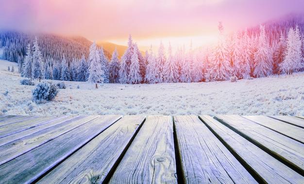 Winterlandschap en armoedige tafel op een zonsondergang. bergen karpaten, oekraïne Premium Foto
