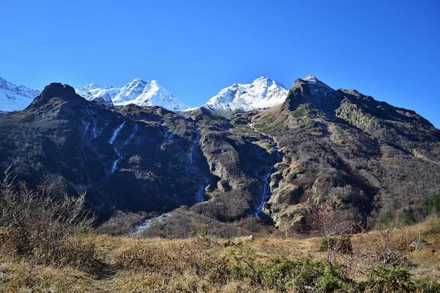 Winterlandschap met sneeuw en bomen sneeuwberg. Premium Foto