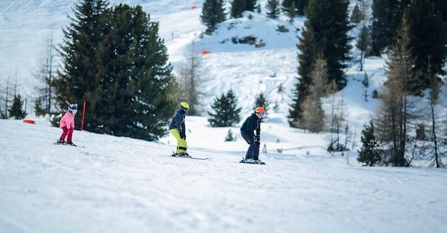 Winters tafereel: een groep kinderen leert skiën Premium Foto