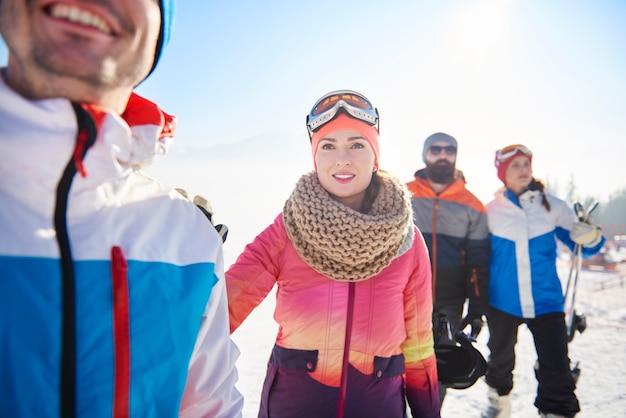 Wintersportliefhebbers die een avontuur beleven Gratis Foto