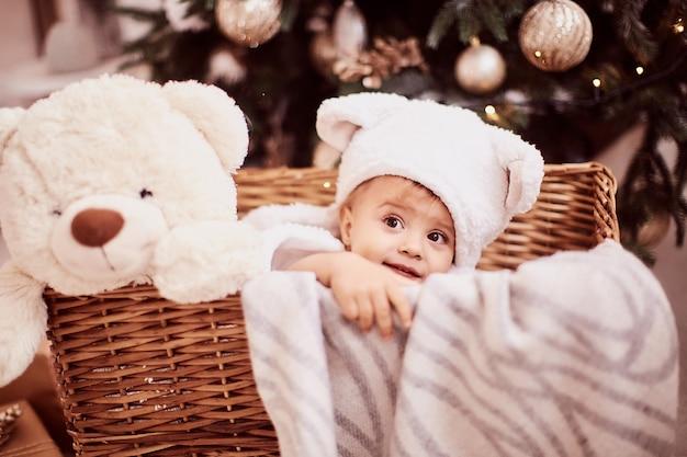 Wintervakantie decoraties. baby-meisje portret. charmant klein meisje in grappige witte oren Gratis Foto