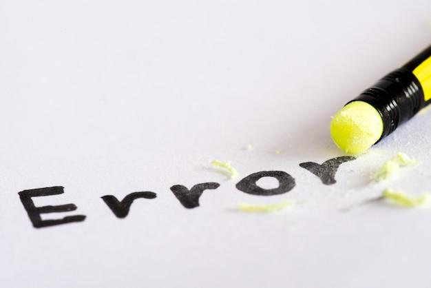 Wis het woord fout met een rubberconcept van het elimineren van de fout, fout. Premium Foto
