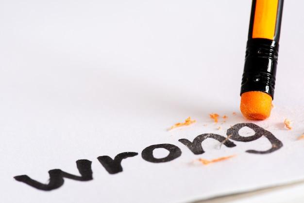 Wis het woord wrong met een rubber concept van het elimineren van de fout, fout Premium Foto
