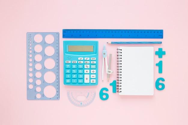 Wiskunde met cijfers en gearrangeerde kantoorbenodigdheden Gratis Foto