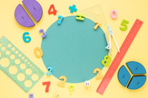 Wiskunde met cijfers en schoolmateriaal kopieert ruimte Gratis Foto