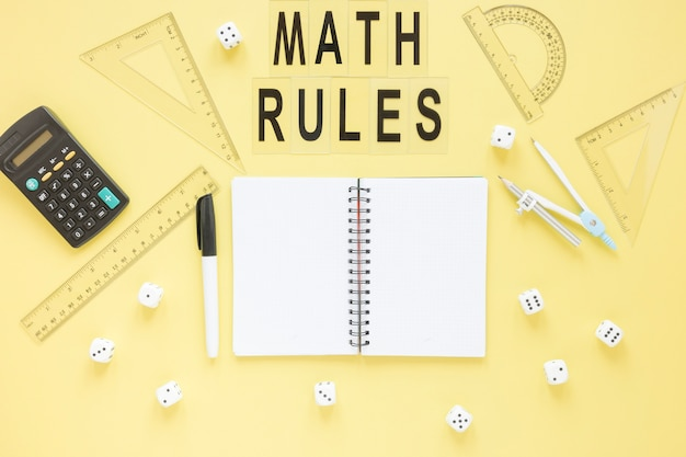 Wiskunde regels met getallen en rekenmachine Gratis Foto