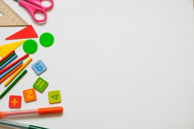 Wiskundeconcept: kleurrijke pennen en potloden, aantal, rekenstokken, exemplaarruimte Premium Foto