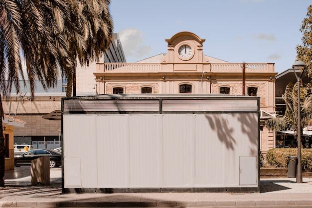 Wit aanplakbord voor het gebouw in de stad Gratis Foto