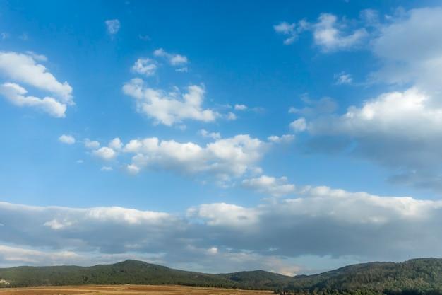 Wit bewolkt met blauwe hemelachtergrond. Premium Foto
