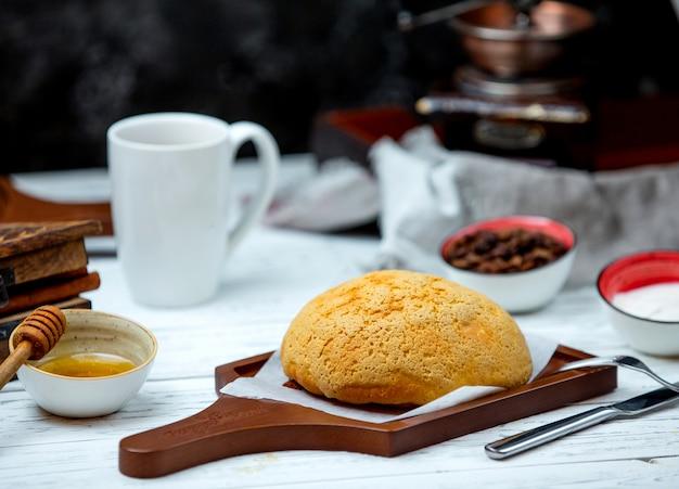 Wit brood op het bureau met zijweide Gratis Foto