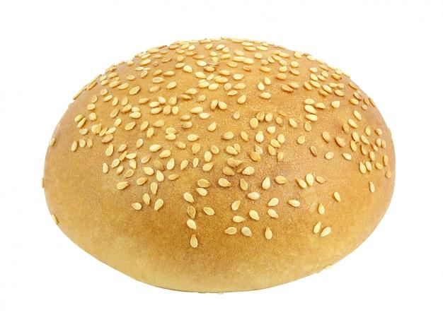 Wit broodje met sesamzaden rond geheel voor een hamburger op witte achtergrond met het knippen van weg wordt geïsoleerd die. volledige scherptediepte. Premium Foto