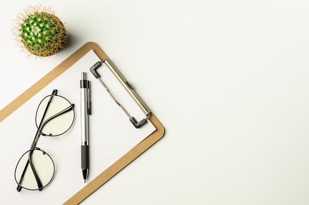 Wit bureau met een pen en glazen. Premium Foto