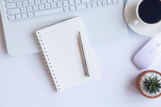 Wit bureaukantoor met elementen Premium Foto