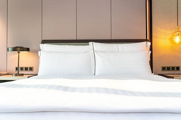 Wit comfortabel kussen en deken op beddecoratie in slaapkamerinterieur Gratis Foto