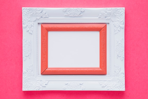 Wit dubbel frame met roze achtergrond Gratis Foto