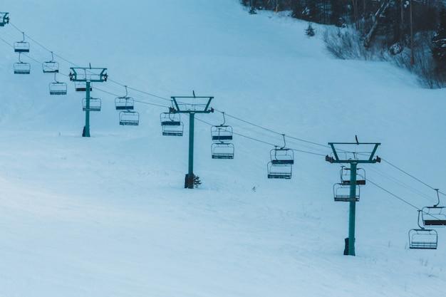 Wit en bruin blokhuis op sneeuw behandelde grond Gratis Foto