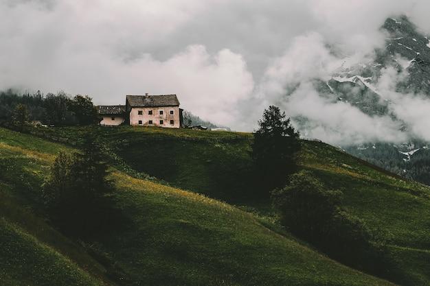 Wit en grijs huis op berg Gratis Foto