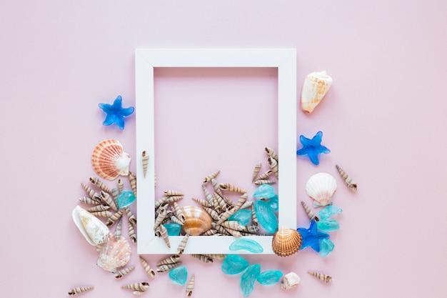 Wit frame met zeeschelpen Gratis Foto