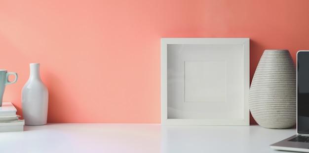 Wit frame op witte bureauwerkruimte Premium Foto