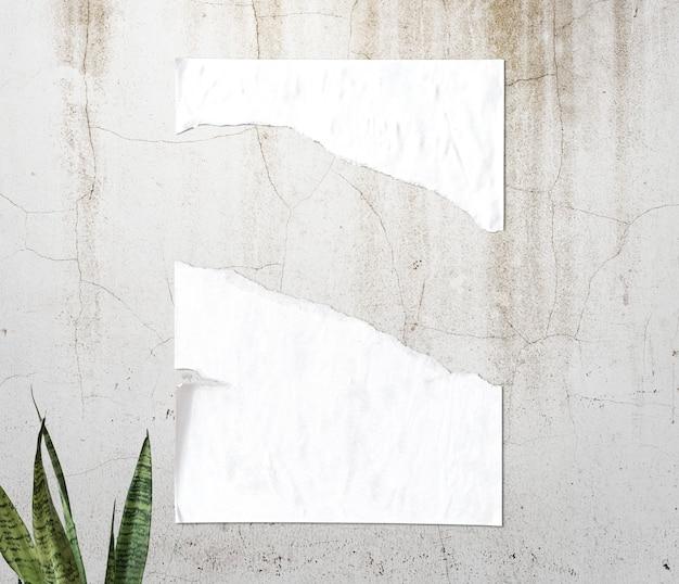 Wit gescheurd papier textuur op de muur Gratis Foto