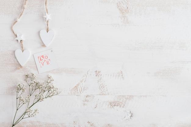 Wit hart en bloemen met liefdekaart en exemplaarruimte Gratis Foto