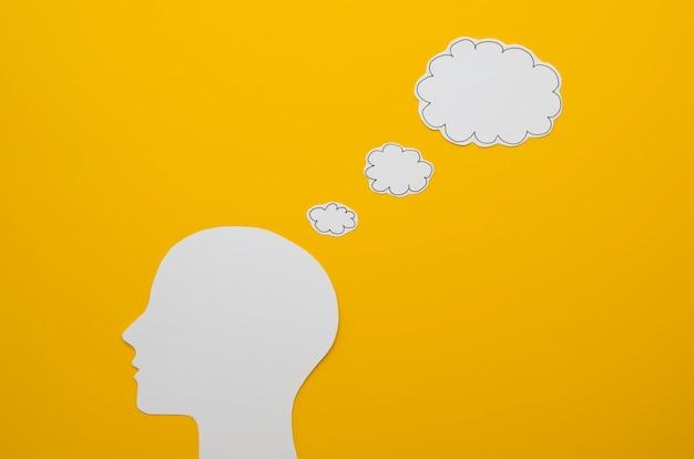 Wit hoofd met het ideeconcept van de toespraakbel Gratis Foto