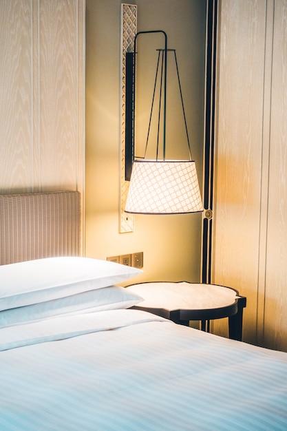 Wit hoofdkussen op bed Gratis Foto