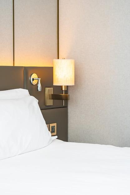 Wit hoofdkussen op het binnenland van de beddecoratie van slaapkamer Gratis Foto