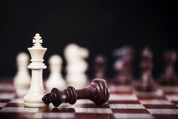 Wit koninginschaak van de concurrentie bedrijfsstrategie met overwinning, succes en winnend concept Premium Foto